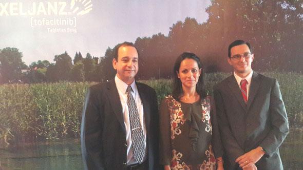 Médicos y ejecutivos de Pfizer presentan la nueva propuesta médica a miembros de la prensa guatemalteca.