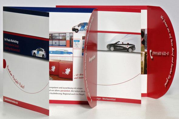 Das Bild zeigt einen Werbeflyer mit einer runden Einklappseite