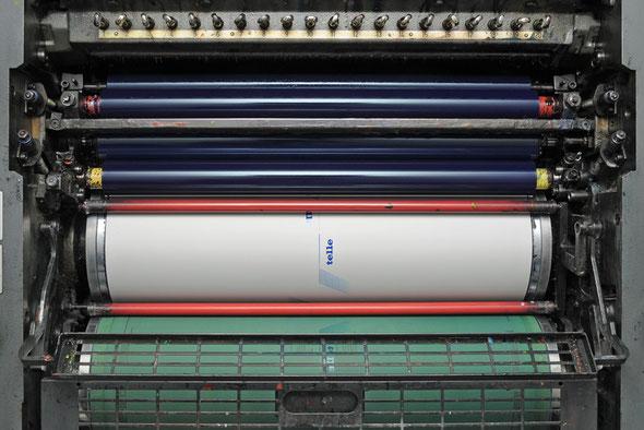 Das Bild zeigt eine Druckplatte die in der Druckmaschine eingespannt ist