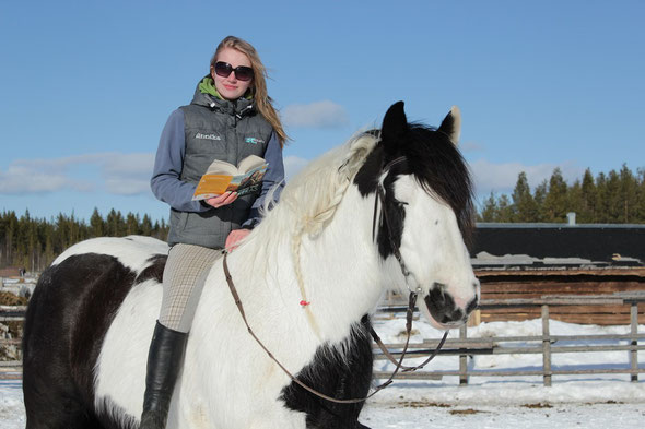 Annika reading and riding :-) Foto: Fiia