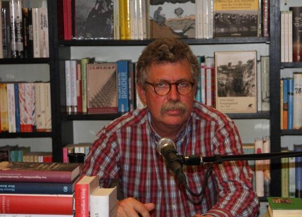 Matthias Neb und tausender Bücherseiten