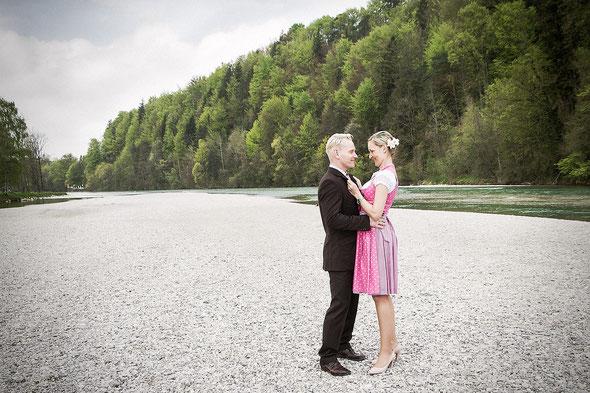 Eines der Hochzeitsfotos von Herrn und Frau Wittich an der Isar in Bad Tölz