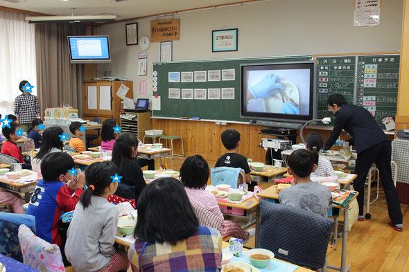 岐阜県内の小学校3年生を対象に「魚の食べ方教室」を行っています。