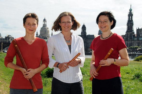 Das dresdner blockflöten consort, bestehend aus Luise Ludewig, Katja Johanning und Gabriele Schubert vor der Altstadtkulisse von Dresden