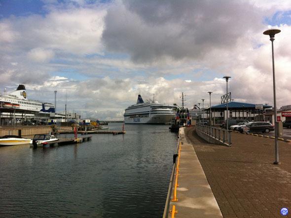 Silja Europa à Tallinn. Avec les cheminées de Finlandia, Star et Baltic Queen dans le décor.