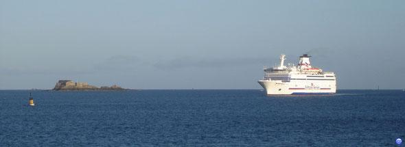 Bretagne passant le Fort de l'île Harbour en baie de Saint Malo (© lebateaublog 2013)