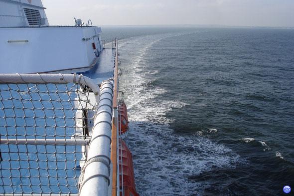 Normandie à la sortie du chenal de Ouistreham. Cap sur Portsmouth. (© lebateaublog 2013)