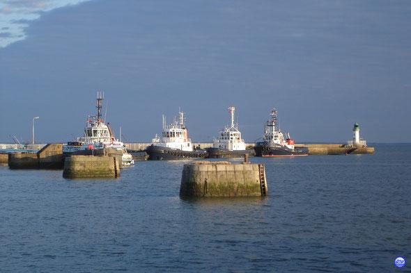 Les remorqueurs dans l'avant port de St Nazaire (© lebateaublog 2013)