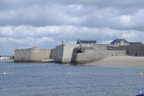 La Citadelle de Port Louis flanquée d'un souvenir d'une autre histoire (© lebateaublog 2013)