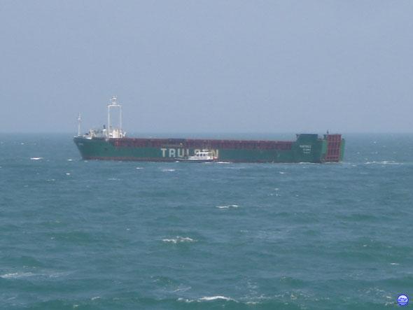 La pilotine Cherbourg 3 récupère son pilote à bord de Natali (© lebateaublog 2013)