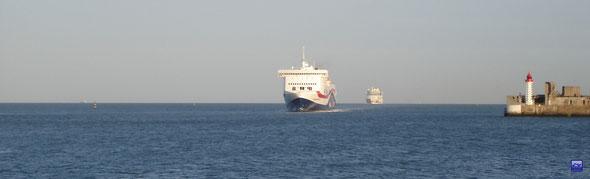 Norman Voyager arrivant au Havre suivit par Aïda Luna (© lebateaublog 2012)