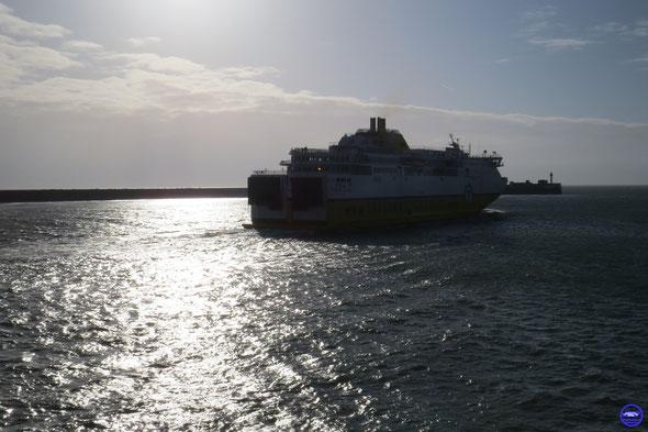 Seven Sisters en sortie du Havre (© lebateaublog 2014)