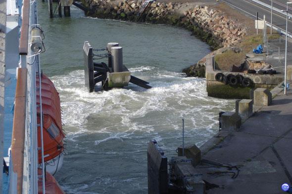 Normandie s'écarte tout doucement du quai (© lebateaublog 2013)