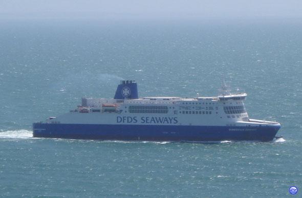 Dunkerque Seaways sous les falaises de Douvres (© lebateaublog 2012)
