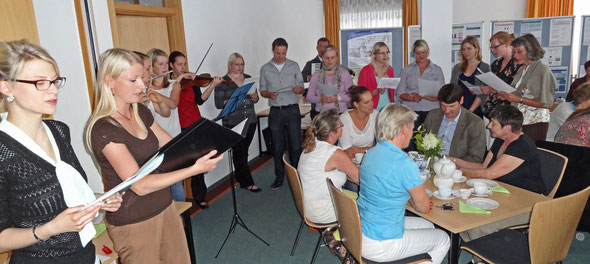 """Das Musik-Fachseminar und Niederländisch-Referendare warteten bei der Begrüßungsveranstaltung unter anderem mit dem Volkslied """"Jan, mijne man wil ruiter worden"""" auf. Fotos: Ulrichs"""