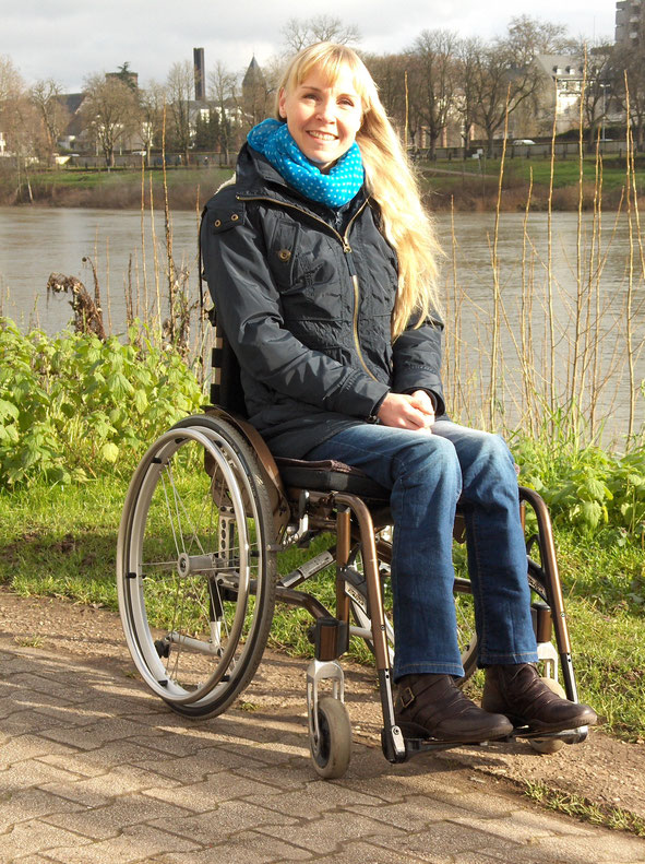 Melli im Rollstuhl am Moselufer