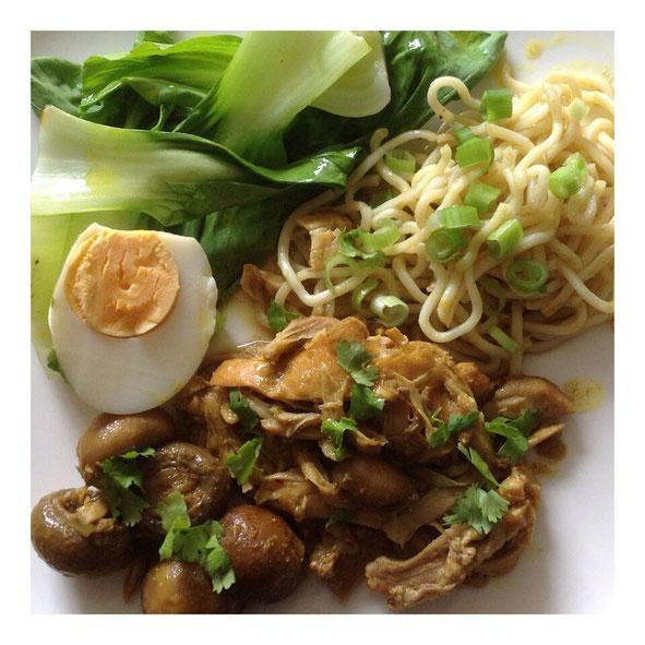Ajam Besengek Tiga met Paksoi, ei, champignons en noodles.