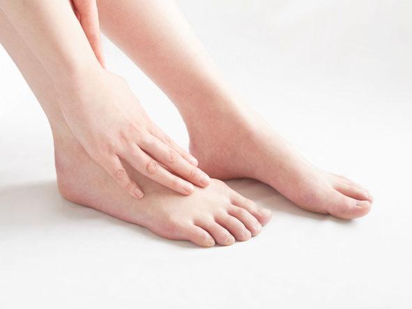 足のむくみ、下肢静脈瘤、むずむず脚症候群、外反母趾など足のお悩みは鍼灸で改善