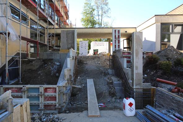 der Stiegenaufgang zum Haupteingang ist in Arbeit