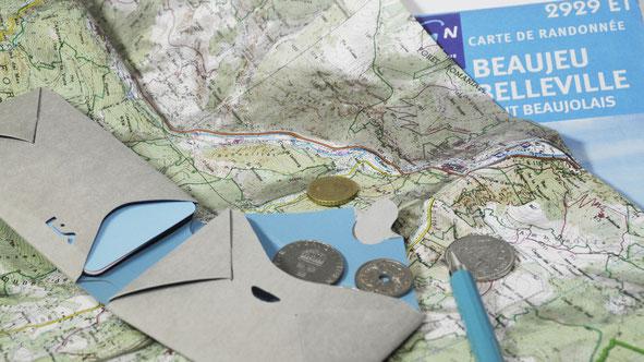 Reise-Portemonnaie Durch sein kleines Format und sein geringes Gewicht, ist das kleine Portemonnaie der ideale und sichere Begleiter auf Reisen und im Urlaub.