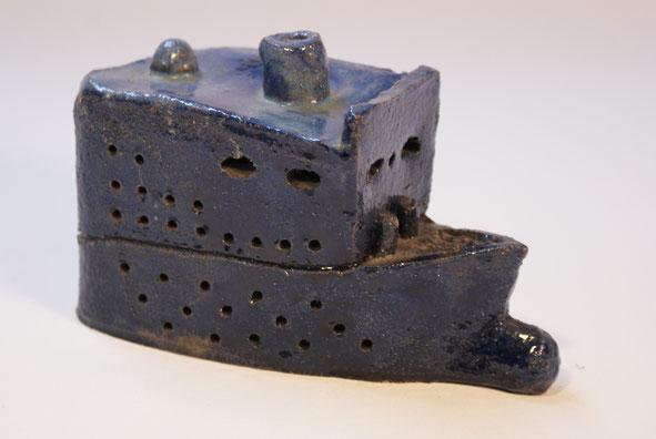 """blaues Schiff"" Ton Höhe 10 cm Länge 17 cm"