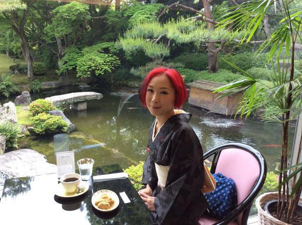 霞中庵の庭園が一望できる喫茶室にて