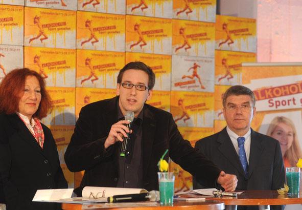 V.l.n.r.: Prof. Dr. Elisabeth Pott (Präsidentin BZgA), Meister Mirko Perkovic (Taekwondo-Dinslaken) und Dr. Thomas Bach (Präsident des DOSB und IOC-Vize)
