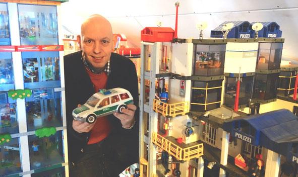 Das Foto zeigt den passionierten Sammler Jürgen Eden im Jahr 2014 auf seinem Dachboden. Inzwischen befinden sich alle Exponate in den Miniwelten in Lathen, wo sie öffentlich ausgestellt werden. Foto: Maresa Eden
