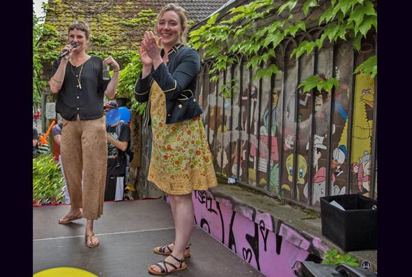 Der Zauberkönig in Berlin - Neukölln. Kirsi Hinze und Karen German vor dem alten Laden Hermannstraße