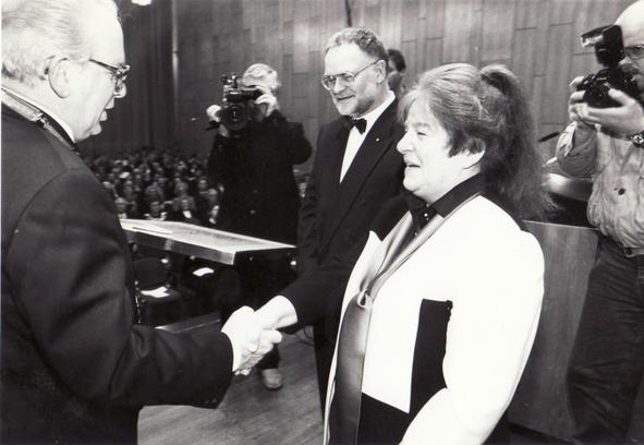 Verleihung des Kulturpreises 1993 der Bürgerstiftung Baden durch Herrn Gerd Kaimer, Oberbürgermeister der Stadt Solingen, an Bettina Heinen-Ayech am 11.12.1993