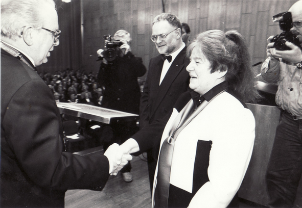 Awarded the 1993 Culture Prize of the Baden Citizens' Foundation by Mr. Gerd Kaimer, Mayor of the City of Solingen, to Bettina Heinen-Ayech on December 11, 1993