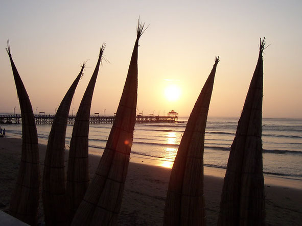 Die Nordküste Perus bietet lange Sandstrände und hervorragende Wellen für Wellenreiter