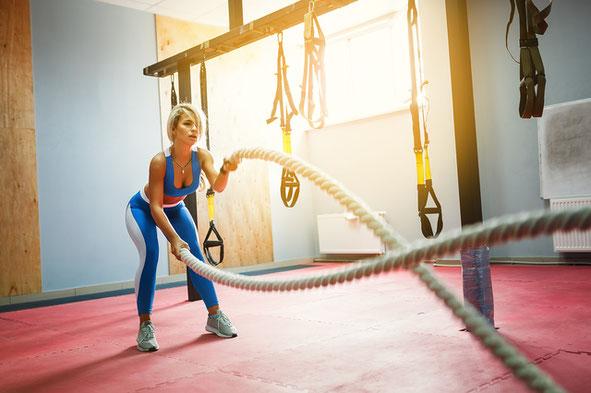 アンチエイジングのトレーニングをする女性