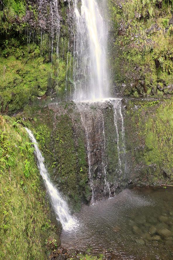 Wasserfall am Rande des Wanderweges zur Caldeirao Verde.