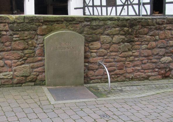 2013,  Gedenkstein an den ehemaligen Lochbrunnens