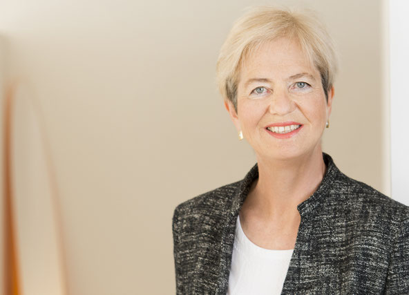 Porträt von Dr. Ingrid Senbert erfolgreicher Steuerberaterin.