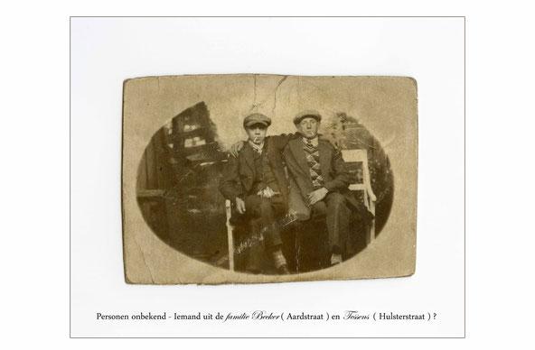 Oude foto zwart-wit. Twee mannen gezeten op een witte bank. Zij dragen beiden een pet en hebben een sigaret in de mond.