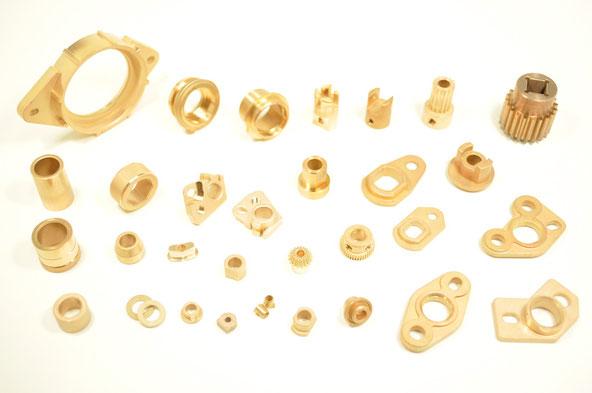 軸受の中で、いちばん一般的でベーシックなものが銅系製品です。 銅は柔らかな金属なので、モーターのシャフトとの「なじみ性」が早く、かつ静音性に優れている長所があります。その反面、耐磨耗性が弱いなどの短所がありますが、汎用性の高い軸受として今でも一定のニーズが存在します。 The oil-impregnated copper bearings are basic products. Generally, the feature of copper is soft and this material has a