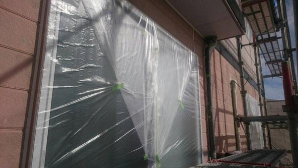 養老町、大垣市、平田町、南濃町、海津町、上石津町、輪之内町で外壁塗装中の養老町の外壁塗装専門店。養老町大野で外壁塗装/ 外壁防水塗装工事のビニール養生作業中