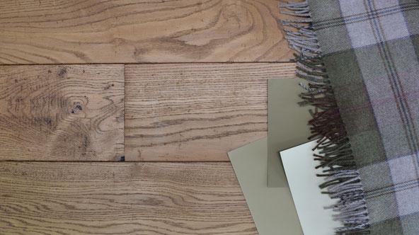 Kombinationsempfehlung Schurwolldecke kariert grau mit Dielenboden im Landhausstil braun und mit grün