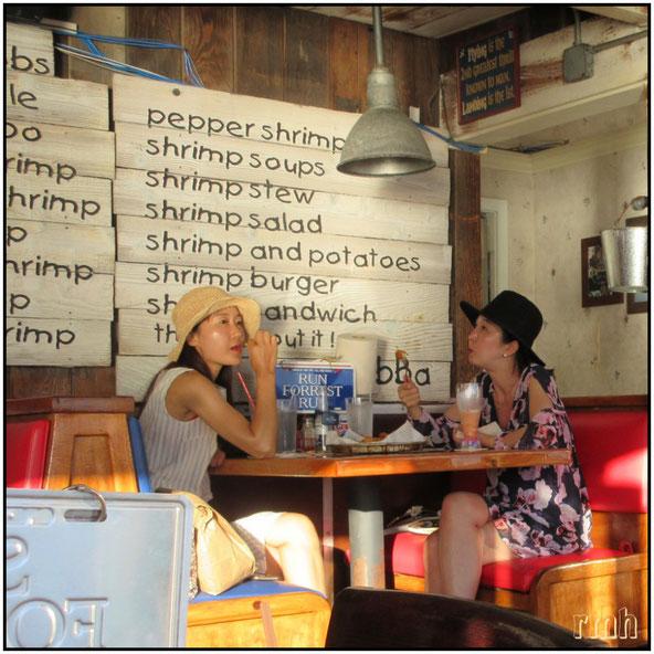 """girls in the """"Bubba Gump"""", Lahaina, Maui, HI"""