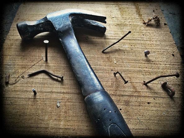 Holzbrett mit Hammer und Nägeln, Jungo-Grafik