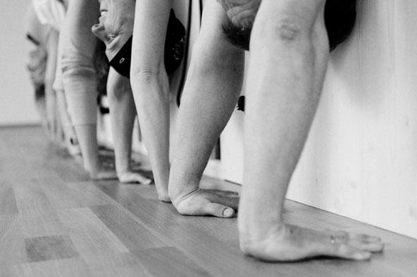 Yoga für Anfänger und Fortgeschrittene, Übende in Adho Mukha Vrksasana, Handstand
