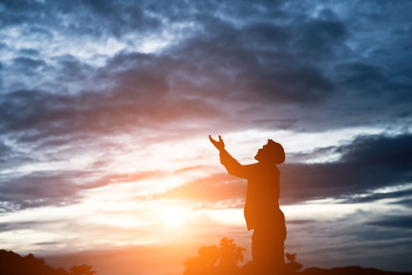La grande foule se présente devant le trône et devant l'agneau depuis la terre, comme nous le faisons lorsque nous prions Dieu en nous présentant à lui et en lui adressant nos requêtes et nos louanges. De la terre nos prières montent vers le ciel.