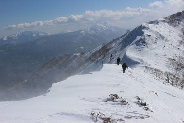 4月のウペペサンケ山とニペソツ山