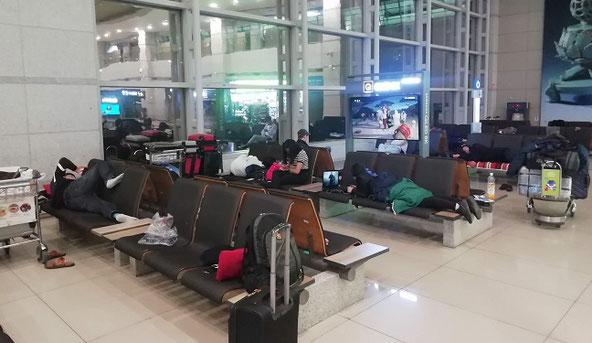 仁川国際空港到着ロビーでの仮眠