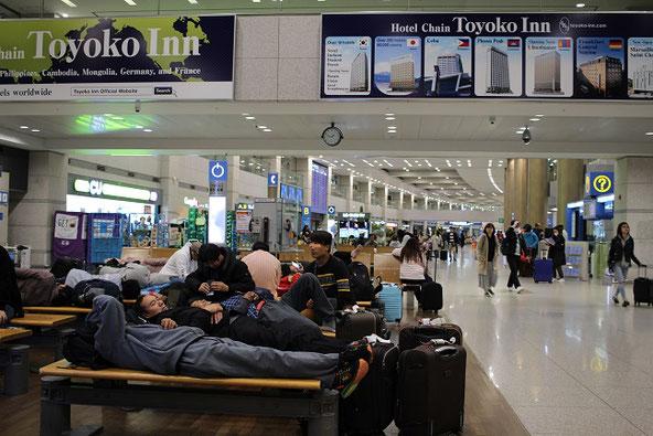 仁川空港の夜到着ロビー仮眠