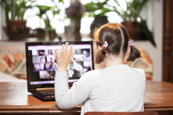 Kind im Homeschooling bei der Videokonferenz