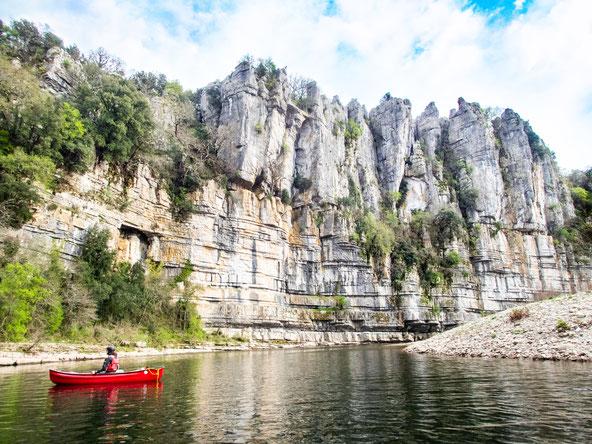 Beeindruckende Felsformationen um Ufer des Chassezac.