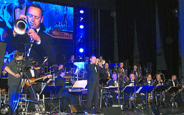 Die Big-Band der Bundeswehr überzeugt bei ihrem Gastspiel im Theater am Ring in Villingen. Foto: Limberger Foto: Schwarzwälder-Bote